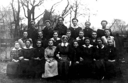 Deutsch-Paulsdorfer Mädchengruppe mit der Gemeindediakonisse Schwester Martha, 1918
