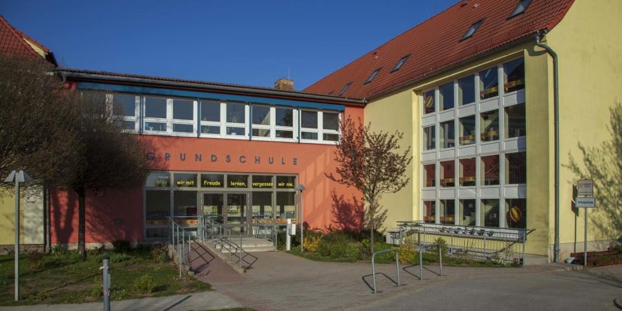 Die Grundschule Markersdorf fügt sich ein in einen Standort, zu dem auch eine Mehrzweck.Turnhalle, ein Hort und eine Kindertagsstätte gehören. Für Eltern ist das praktisch