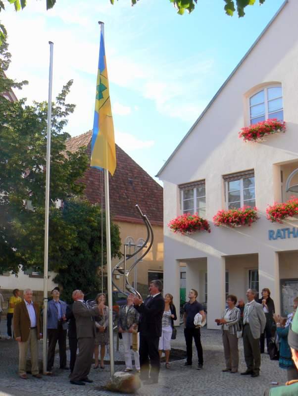 Eine Fahne repräsentiert Markersdorf in Erligheim.
