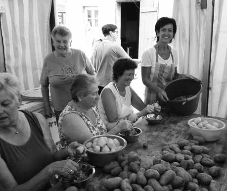Foto: Ohne die viele helfenden Hände, die die Kartoffeln schälten, hätten die Weintage in Erligheim ohne Kartoffelkuchen und ohne schwäbischen Kartoffelsalat auskommen müssen.