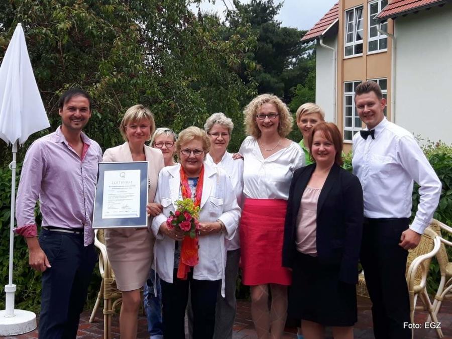 Foto: Mitarbeiter des Hotels Marschall DuRoc mit Senior-Chefin Frau Hartig, Mutter des Inhabers Carsten Hartig.