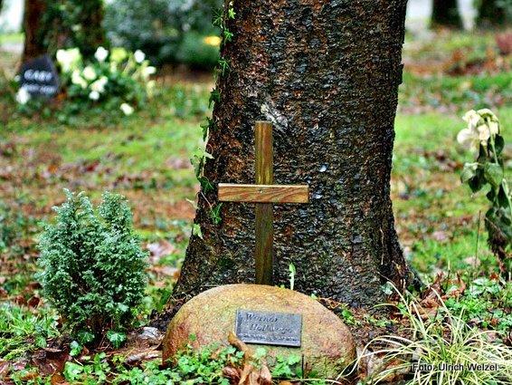 Auf einem Waldfriedhof.