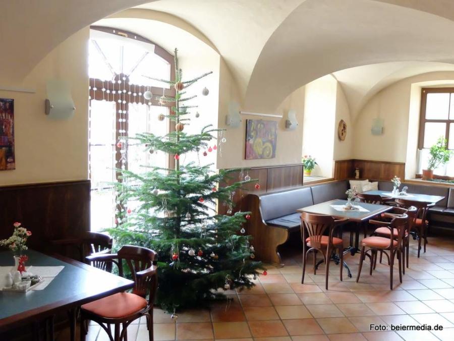 Abbildung: Mit einem Weihnachtsbaum liebevoll geschmückt ist der Gastraum des Gasthofs