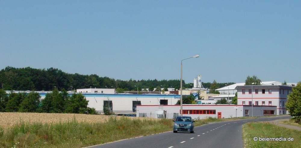 Infrastruktur in Markersdorf: <br />Ganz oben die Filiale der Volksbank Raiffeisenbank Niederschlesien eG im Rathaus, das selbst wichtiger Teil einer bürgerfreundlichen Infrastuktur ist, unten das Gewerbegebiet Markersdorf