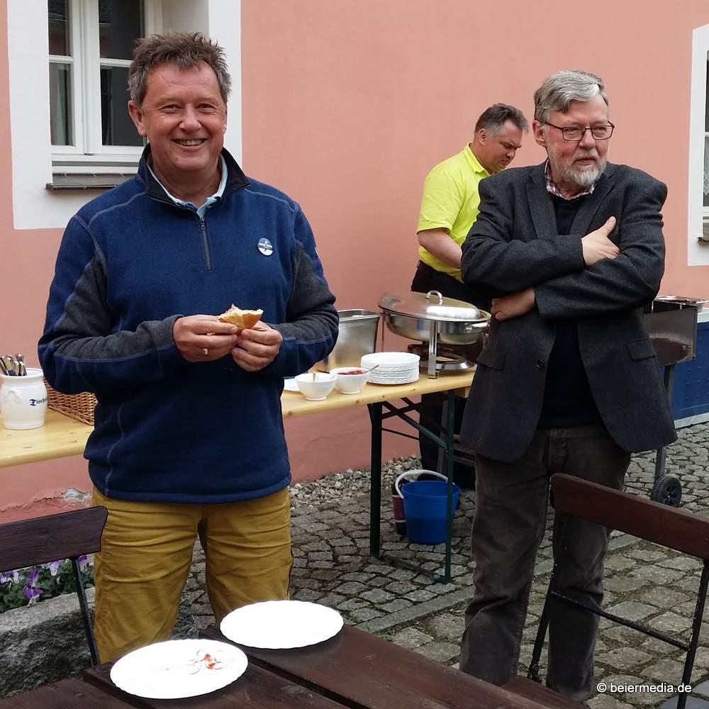 Axel Krüger (li.), Görlitzer Motorist und Segelfreund, und Andreas Kohli aus Klein-Neundorf und damit See-Anwohner, genossen die Jauernicker Landluft