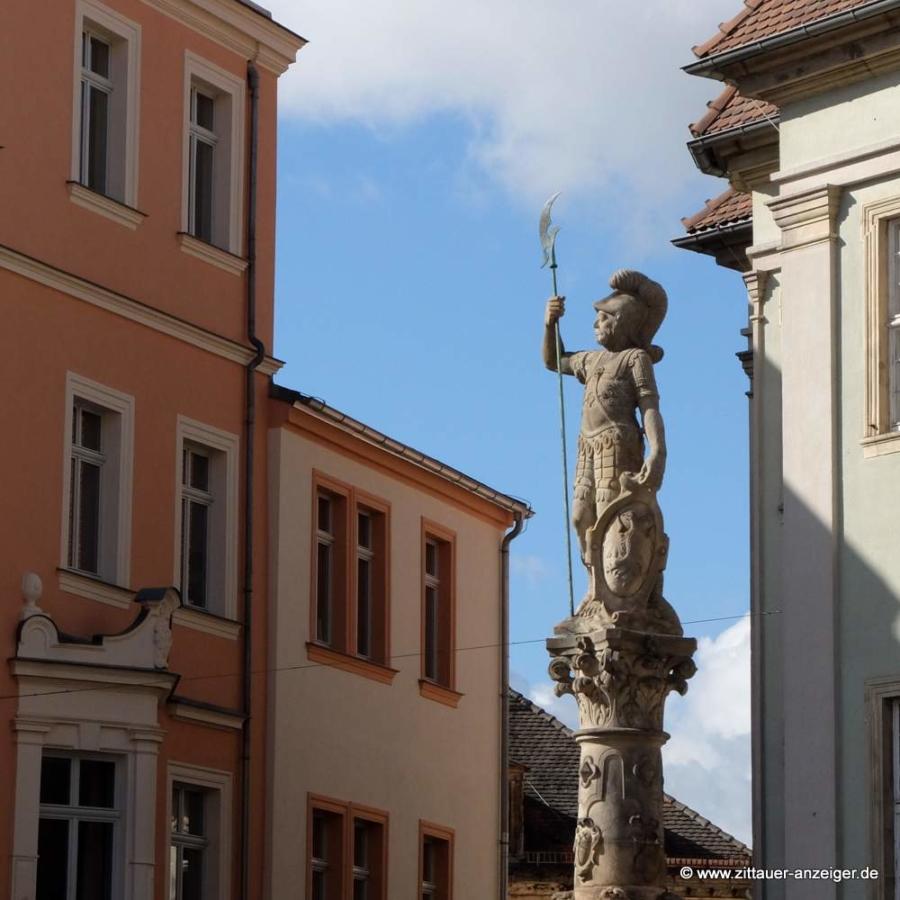 Abbildung: Einen guten Blick auf das Geschehen auf dem Markt hat auf jeden Fall der Roland auf dem Zittauer Marsbrunnen von 1585.