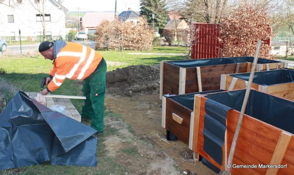 Im Hort wurde der Außenbereich für den Frühling vorbereitet und durch eine Holzkonstruktion um einen Baum herum eine Sitzmöglichkeit geschaffen, die Hochbeete sind nun erneuert