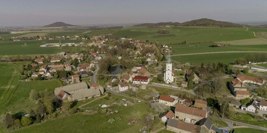 Friedersdorf, links im Hintergrund die Landeskrone, die der heutigen Markersdorfer Ortschaft früher den Namen Friedersdorf an der Landeskrone gab