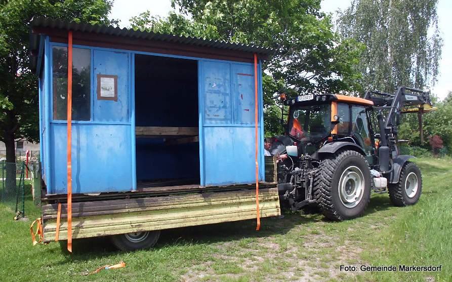 Abtransport eines der alten Pfaffendorfer Bushäuschen