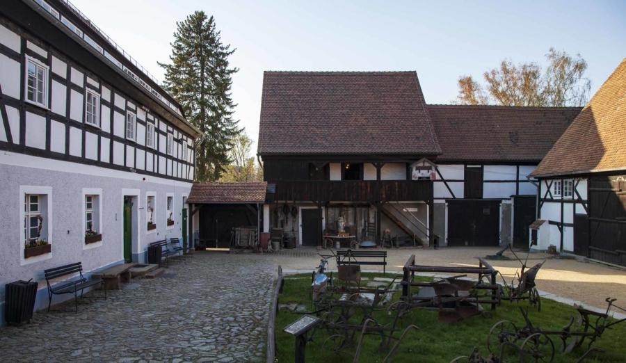 Das Dorfmuseum Markersdorf ist in einem Vierseithof untergebracht und verfügt zudem über mehrere Nebengebäude