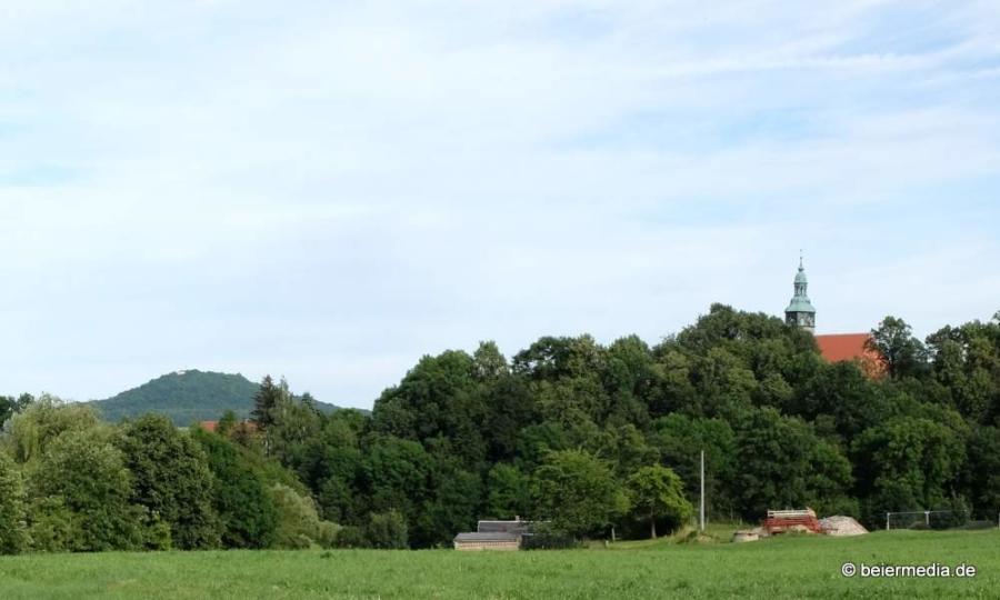 Das Foto zeigt St. Michaelis zu Markersdorf und die Landeskrone.