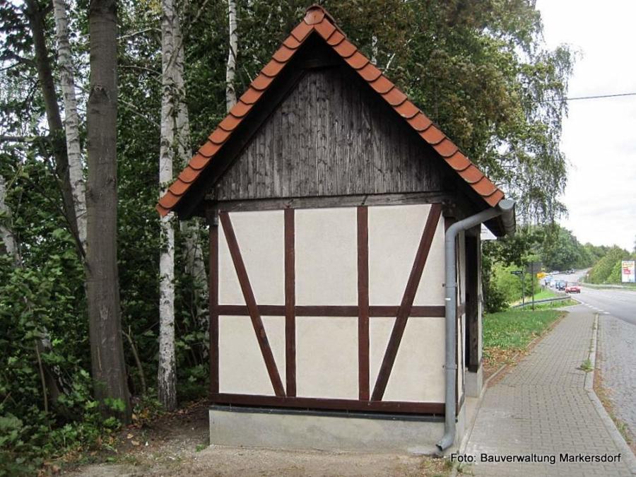 In Holtendorf sind jetzt die Hauptarbeiten zur Sanierung der Buswartehäuschen an den Ärztehäusern erledigt