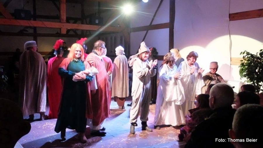 Ein mitreißendes Gesangs- und Tanzstück bildet das Finale der diesjahrigen Krippenspiel-Aufführungen in der Markersdorfer Museumsscheune