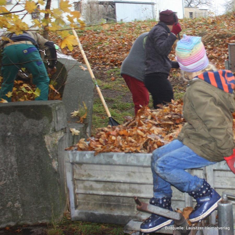 Den Kindern hat die Laubaktion im Gersdorfer Schlosspark auf dem Hänger von Herrn Deutschmann sichtlich Spaß bereitet
