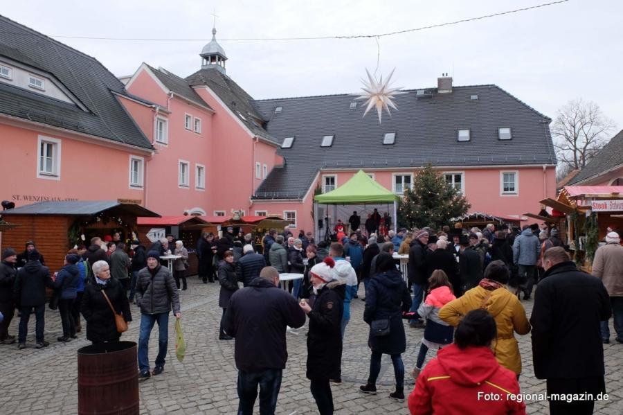 Der Hof des St. Wenzeslaus-Stiftes bietet die perfekte Kulisse für den liebevoll gestalteten Jauernicker Weihnachtsmarkt