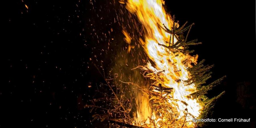 Zum traditionellen Knutfest brennen die Weihnachtsbäume und die Einwohner kommen bei Glühwein, Tee und Bratwurst am Feuerwehrhaus zusammen