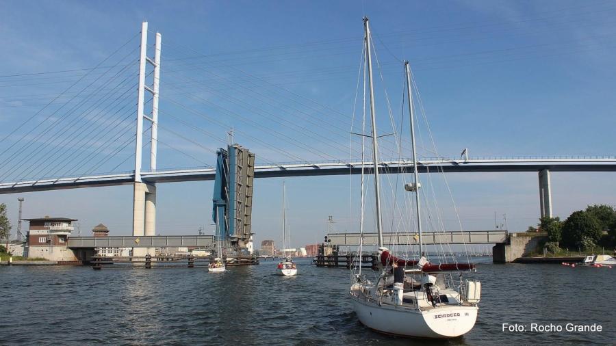 Die imposante Rügenbrücke über den Strelasund ist das jüngste Wahrzeichen Stralsunds