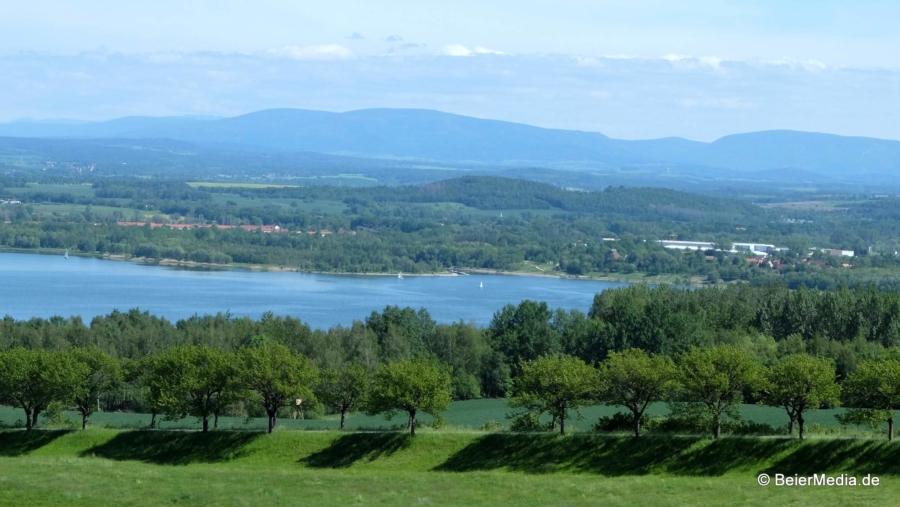 Blick über die Kirschallee in Jauernick-Buschbach über den Berzdorfer See, am Horizont die Ausläufer der Sudeten