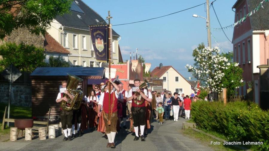 Festumzug zu 1050 Jahre Jauernick-Buschbach im Jahr 2017, an der Spitze der Musikverein der Partnergemeinde Emersacker
