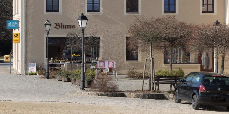 Das Geschäftshaus Am Schöps 3, direkt an der B 6 in Markersdorf gelegen, hat sich in den vergangenen Jahren neben dem Handel mit Blumen, Zeitungen und Literatur sowie Geschenken zu einem Standort entwickelt, der nicht nur Postdienstleistungen bietet, sondern auch die Palette des Lausitzer Heimatverlages und gelegentlich Kurse