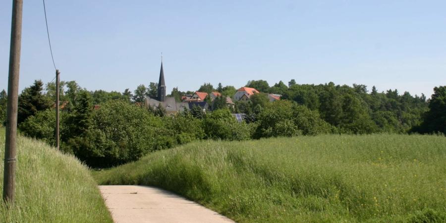 Jauernick-Buschbach mit der im Jahr 1443 geweihten St. Wenzeslaus-Kirche. Eine Kirche in Jauernick wurde erstmal im Juni 1242 erwähnt