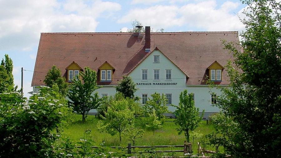 Ungewohnter Anblick: die Rückseite des Markersdorfer Rathauses, Archivbild aus dem Jahr 2006