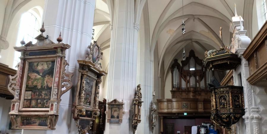 Epitaphien – hier der Zittauer Epitaphienschatz in der Klosterkirche des Museums Franziskanerkloster Zittau – haben in gewisser Weise einen ganz besonderen Rahmen
