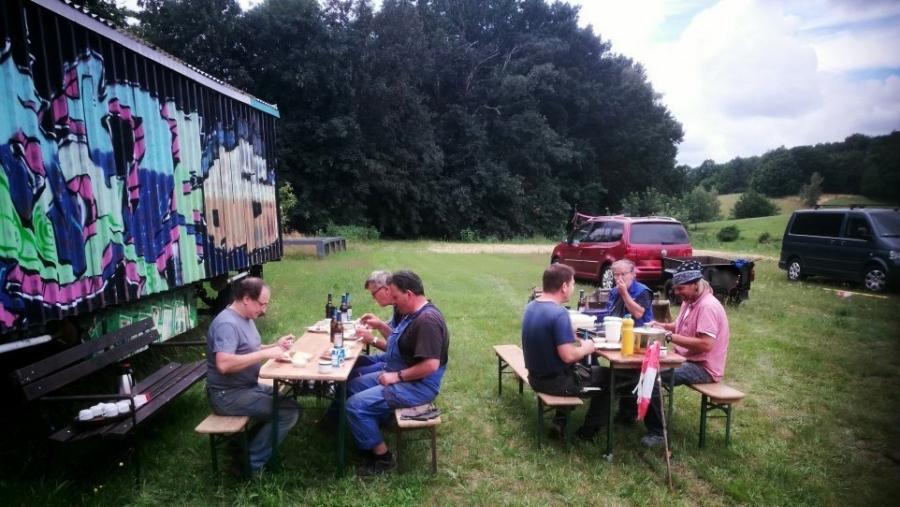 Kraft tanken für den Nachmittag: Helfer auf der Festwiese am Schwarzberg