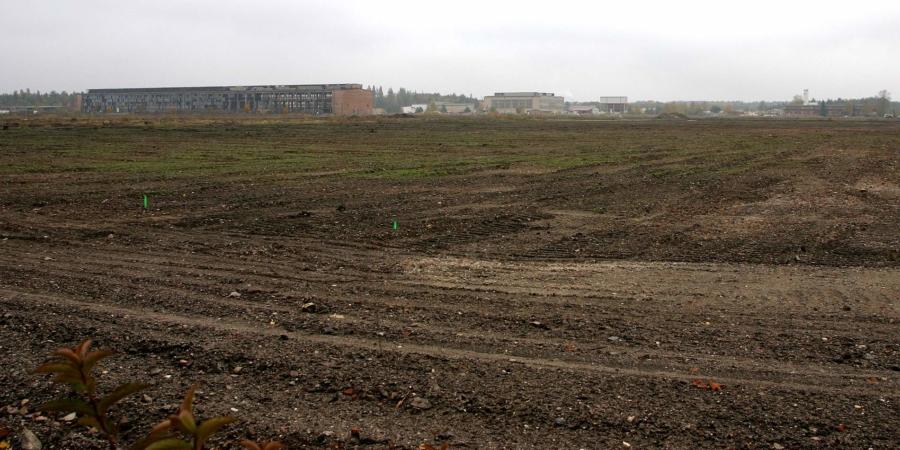 Hier standen das Aluminiumwerk und das Kraftwerk Lauta, heute wird die Fläche – die Aufnahme entstand im Jahr 2007 –  für Solarenergie genutzt. Die Thermische Abfallbehandlungsanlage befindet sich wenige hunder Meter links vom Standort des Fotografen, rechts waren die Teerseen, die bis 2005 saniert wurden