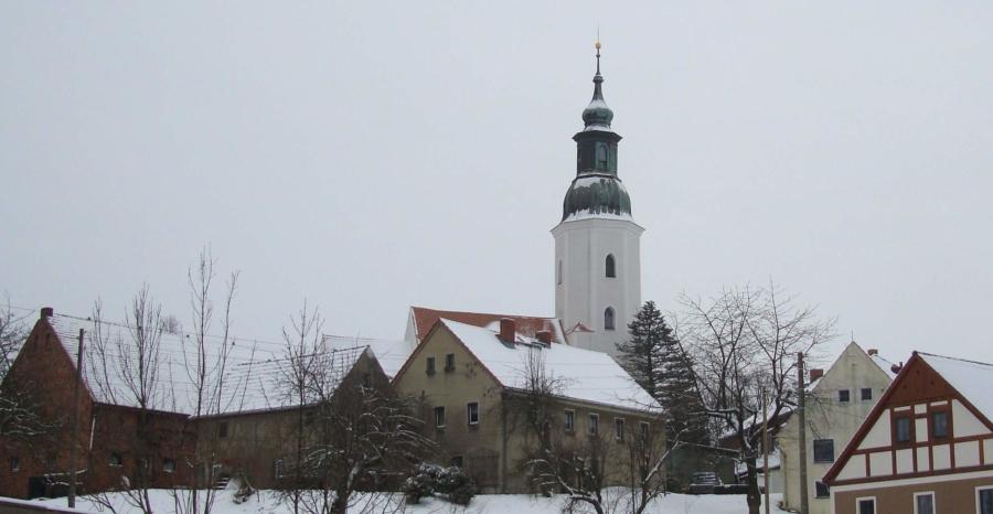 Eine weiße Weihnacht in der gut geheizten Stube, während draußen Schnee und Frost, aber auch die Stille herrschen – das ist für die meisten eine schöne Vorstellung. Im Archivbild die restaurierte Bauernkirche St. Ursula in Friedersdorf