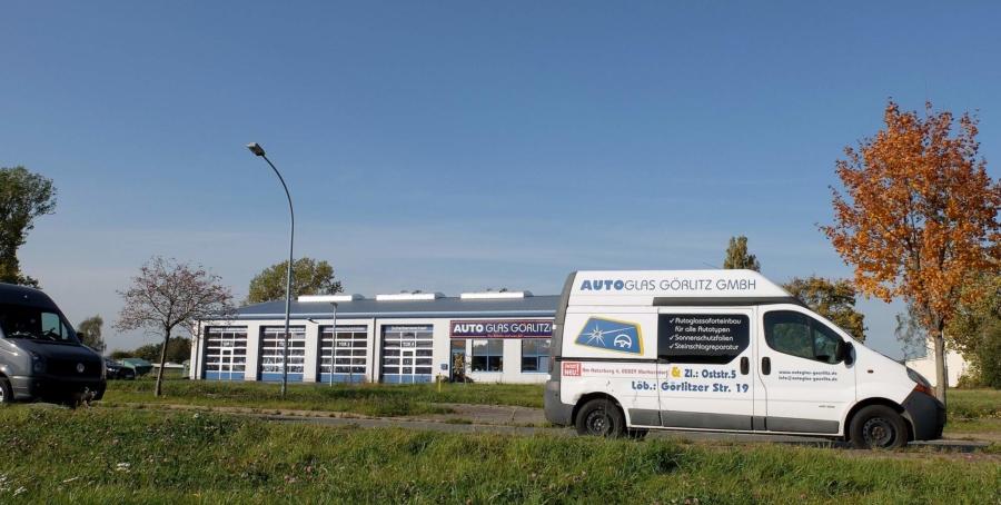 Für Handwerker bietet es sich an, den Transporter als Werbeträger – wie hier im Gewerbegebiet