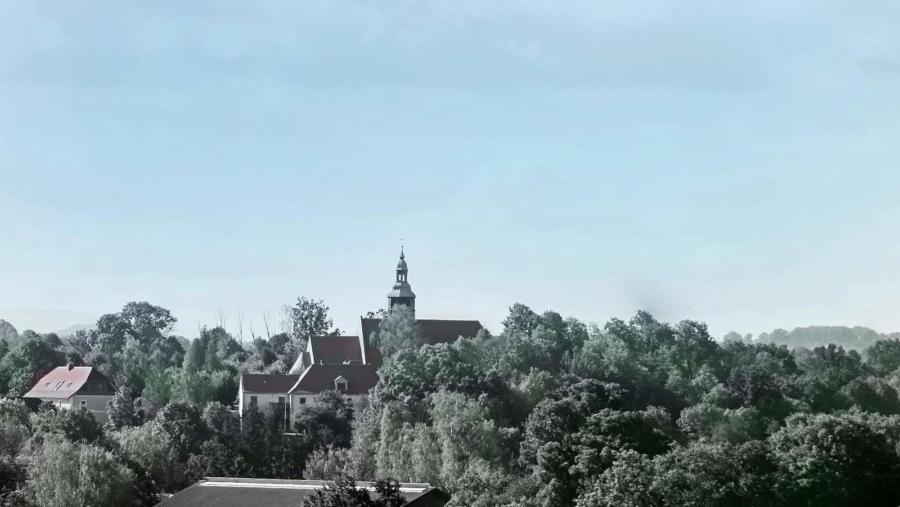 Der Markersdorfer Kirchberg mit der St. Michaelis-Kirche