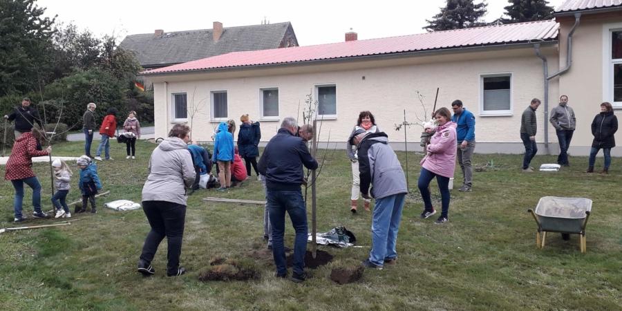Spaß und gute Laune gehören dazu, wenn in Friedersdorf die Familien für ihren Zuwachs ein Bäumchen pflanzen