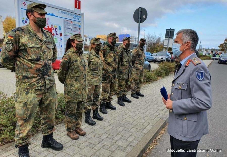 100 Soldatinnen und Soldaten sind vorerst bis zum 8. Dezember 2020 in den fünf Krankenhäusern im Landkreis Görlitz im Einsatz. Gestern besuchte sie ihr Chef, Generalstabsarzt Dr. Stephan Schmidt, im Städtischen Klinikum Görlitz.