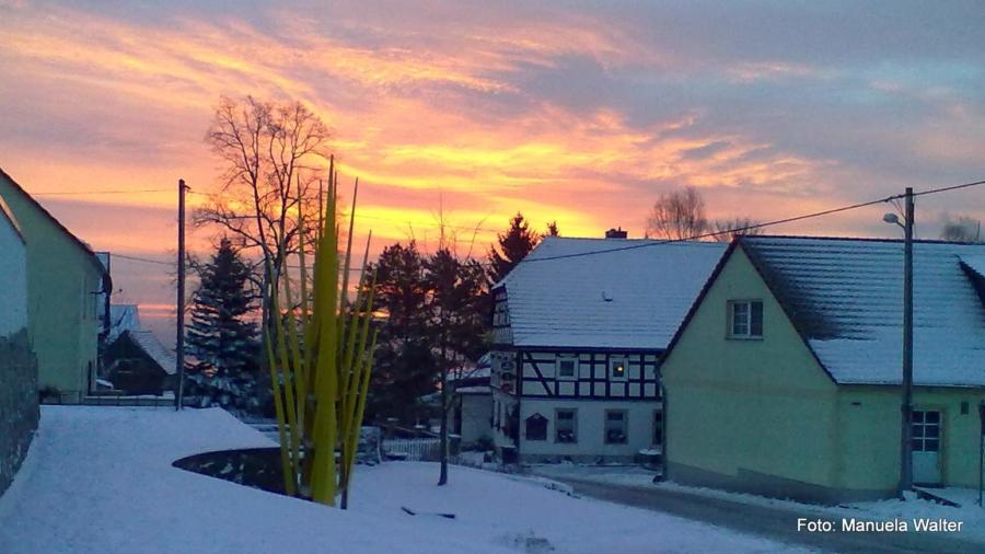 In Jauernick-Buschbach erwacht der Tag. Entstanden ist die Aufnahme am 8. Januar 2015. Im abgebildeten Berggasthof kann man sonnabends von 11 bis 14 Uhr Speisen für die Adventssonntage bestellen.