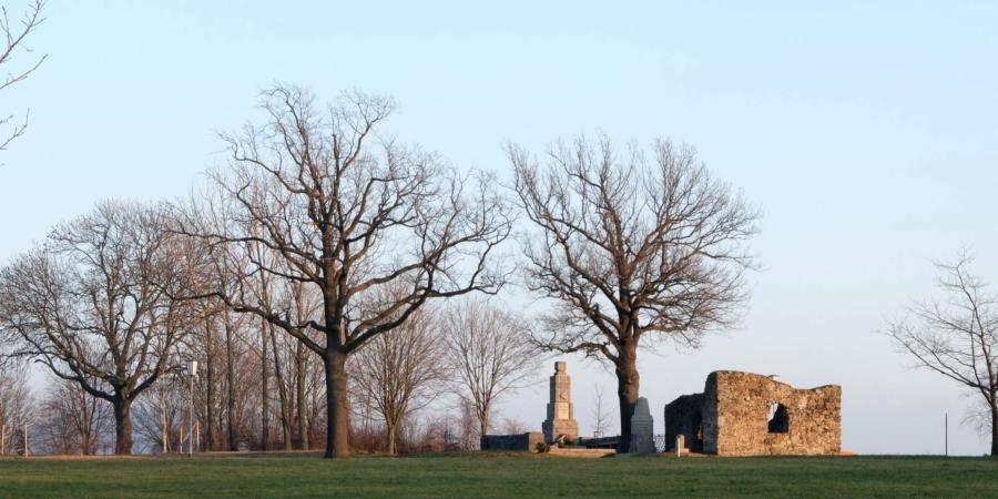Die für die Kriegstoten der Kriege von 1870/71 und von 1914 bis 1918 errichteten Denkmale und die Ruine der Barbarakapelle