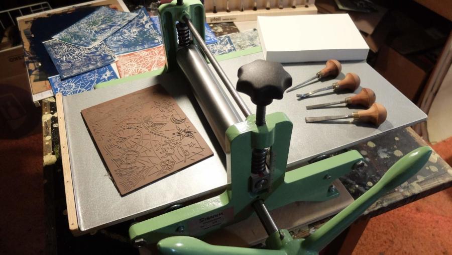 Notgedrungen lief die Weihnachtsdruckerei im Dezember ohne Besucher. Die neu angeschaffte Walzenpresse ist geeignet für Druckstöcke bis zum Format DIN A3 und auch für Lithografien