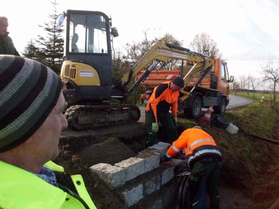 Umfangreiche Arbeiten waren in Gersdorf, Im Oberdorf, notwendig, weil dort die Straßenränder herunterzubrechen drohten. Deshalb wurde der Straßendurchlass beidseitig mit Granitmauerwerk abgefangen und das Bankett wieder aufgefüllt.