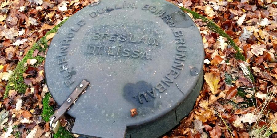 Deckel einer Trinkwasserzisterne im Wald bei Reichenbach/O.L.