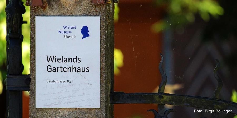 Im Gartenhaus zu arbeiten ist keine neue Erfindung: Schon Christoph Martin Wieland (1733-1813), einer der wichtigsten Dichter, Übersetzer und Zeitungsherausgeber der Aufklärung im deutschen Sprachgebiet und der Älteste des Viergestirns von Weimar, zu dem auch Johann Gottfried Herder, Johann Wolfgang Goethe und Friedrich Schiller zählen, arbeitete hier.