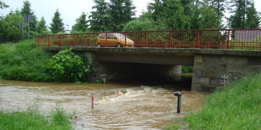 Harmlos ist der Weiße Schöps nicht: Hochwasser an der B 6 in Markersdorf am 3. Juni 2013