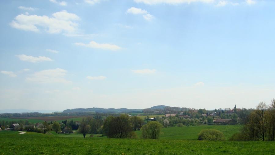 Markersdorf, im Hintergrund von links die Ausläufer der Sudeten, Jauernick-Bischbach und das Rotstein-Massiv, das älteste sächsische Natiurschutzgebiet