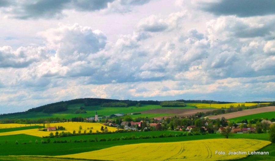 Blick über die Markersdorfer Ortschaft Friedersdorf, früher Friedersdorf an der Landeskrone