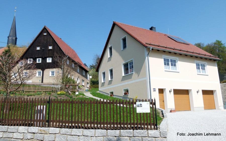 Wohnen im Dorf: Manchmal sind wie hier in Jauernick-Buschbach alt und neu dicht beieinander