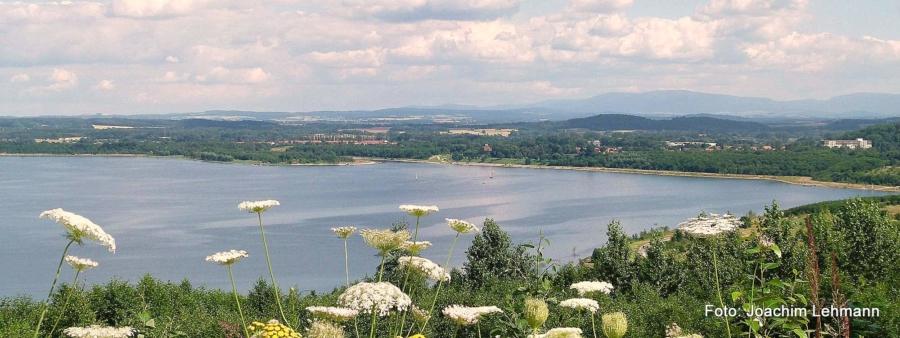 Der an Jauernick-Buschbach und damit an die Großgemeinde Markersdorf angrenzende Berzdorfer See – ehemaliger Tagebau und heute zweitgrößter See Sachsens – ist ein gelungenes Symbol des Wandels