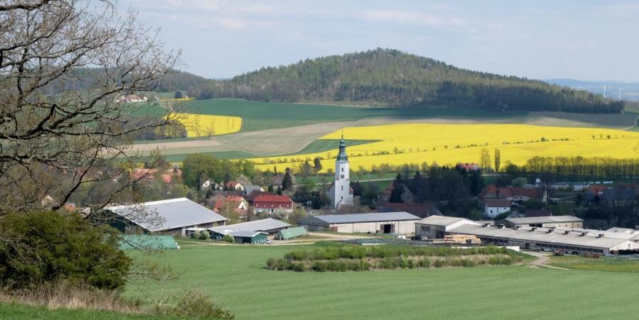 Blick auf Friedersdorf mit der Bauernkirche St. Ursula