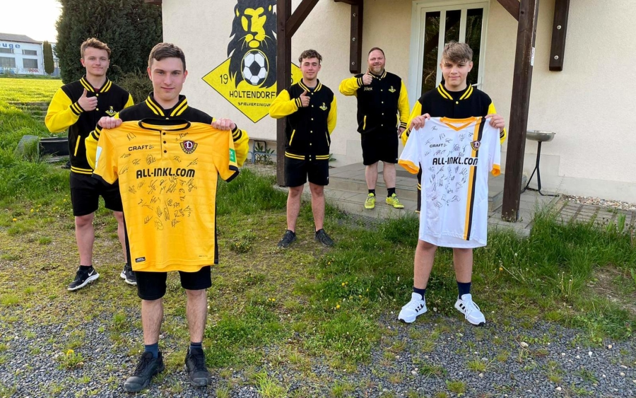 Eine Anerkennung aus Dresden: Zwei Shirts mit den Unterschriften der Dynamo-Spieler