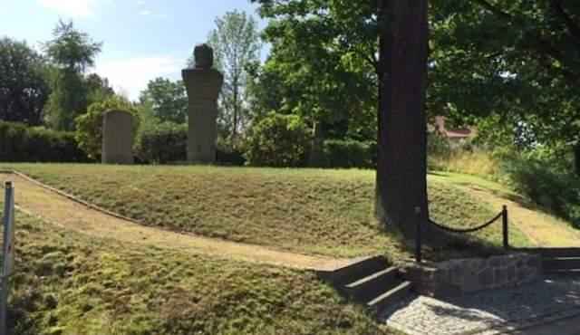 Regelmäßig gepflegt wird das Areal rund um das Kriegerdenkmal