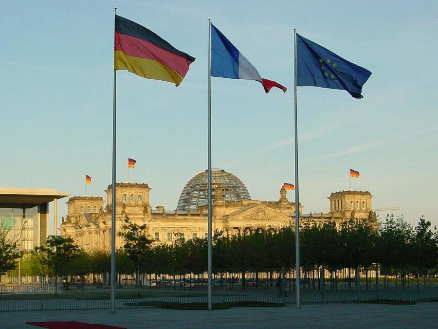 Blick zum Bundeskanzleramt zum Reichstag, dem Sitz des Deutschen Bundestags