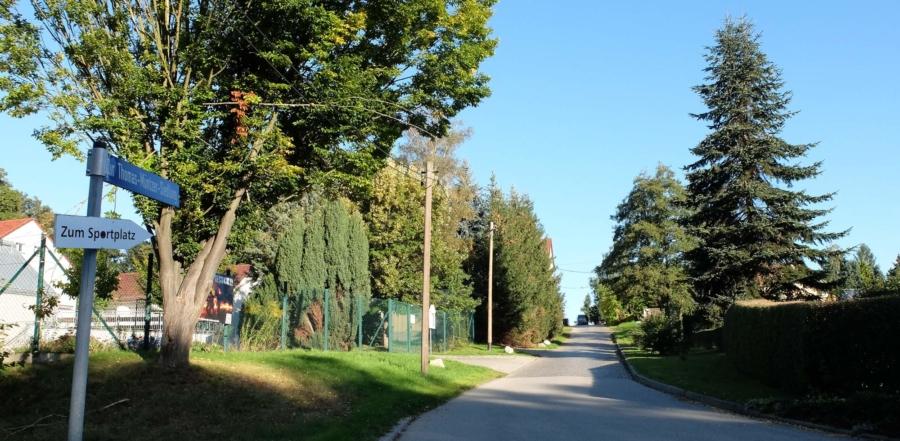 Wo die schmale Straße Zur-Thomas-Müntzer-Siedlung von der Mittelstraße in Richtung Sportplatz führt wird es schwierig, wenn sich zwei Lkw mit Hängern oder Sattelschlepper begegnen
